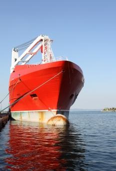 船 船舶 積荷 荷揚げ 積む 降ろす 積み上げる 積み込む 吊る 貨物船 タンカー 大型タンカー 大型貨物船 クレーン 陸揚げ 荷物 輸送 運送 貿易 交易 輸出 輸入 輸出入 運搬 運ぶ 積載 海運 海上輸送 港 港湾 取引き 積み下ろす 積み降ろす 埠頭 岸壁 空 青空 産業 工業 物流 屋外 イカリ 碇 大きい 大型 赤 余白 赤色