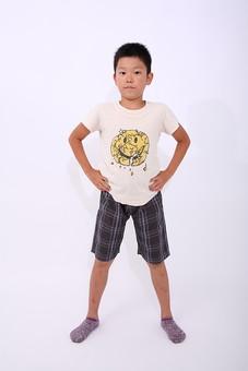 子供 子ども こども 小学生 男の子 男子 男 仁王立ち 全身 正面 元気 威張る どっしり 構える 私服 カジュアル Tシャツ 人物 日本人 少年 ポーズ ジェスチャー 仕草 スタジオ 白バック 白背景 mdmk003