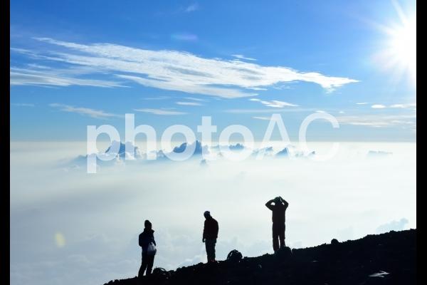 富士山頂にて雲海を眺めるの写真
