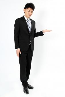 人物 生物 人間 男性 若い 青年 アジア アジア人 日本 日本人 ポーズ モデル スーツ ジャケット ビジネス 就活 フォーマル 全身 ボディランゲージ 示す 伝える 意志 コミュニケーション 手 ハンドサイン 手 案内 mdjm002