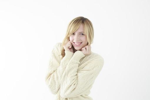 人物 女性 20代 外国人 外人   外国人女性 外人女性 モデル 若い セーター   ニット 私服 カジュアル ポーズ 金髪   ロングヘア 屋内 白バック 白背景 笑顔 うれしい 楽しい ワクワク ウキウキ ドキドキ 期待 上半身 表情 mdff045