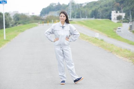 人物 日本人 女性 女の子 20代  モデル かわいい 美人 ロングヘア 作業服  作業着 仕事 技術職 ガテン系 作業員  屋外 野外 景色 道路 腰に手を当てる 両手 笑顔 スマイル 工場 工事現場 製造業 休憩時間 リフレッシュ 全身  mdjf019