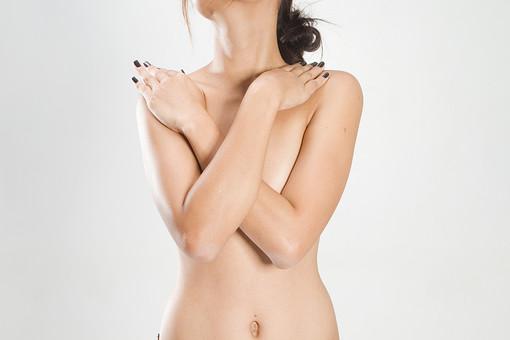 人物 女性 ヌード 裸 体 ボディ 上半身 エステ 美容 健康 ダイエット シェイプアップ ボディケア 肌 プロポーション 理想 セクシー 美しさ 美肌 魅力 中肉中背 くびれ ポーズ 隠す 乳がん 検査 検診 早期発見 モデル デッサンモデル 絵画モデル 美術 白背景 スタジオ撮影