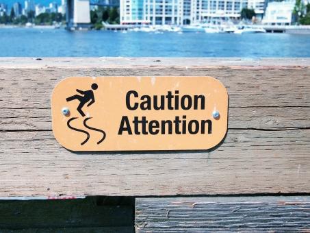 アテンション カウション caution attention 黄色 看板 滑りやすい 木製 slippy ふらふら フラフラ カナダ 英語 バンクーバー