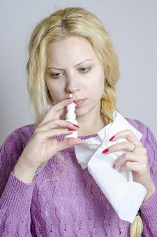 外国人 外人 女性 女 少女 美女 美人 金髪 三つ編み ロングヘア 病気  体調不良 具合が悪い インフルエンザ 風邪 カゼ 疲れ 寝起き 眠い パジャマ 紫 鼻水 鼻づまり 鼻をかむ 鼻炎 ティッシュ  mdff014