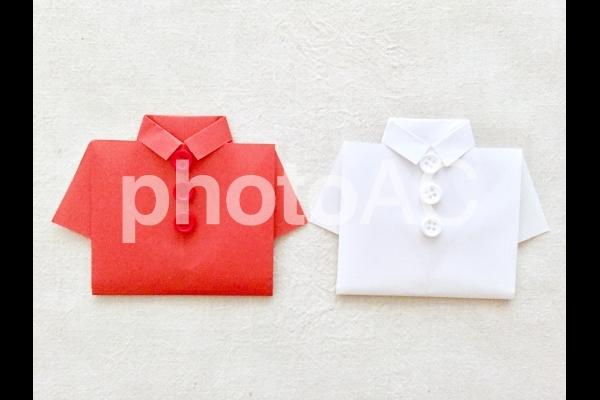 赤いシャツ×白いシャツ (生成り背景)の写真