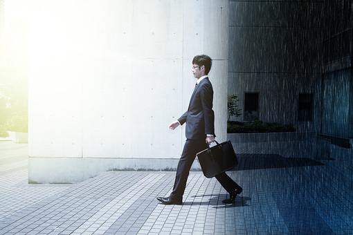 ビルから出る男性の写真