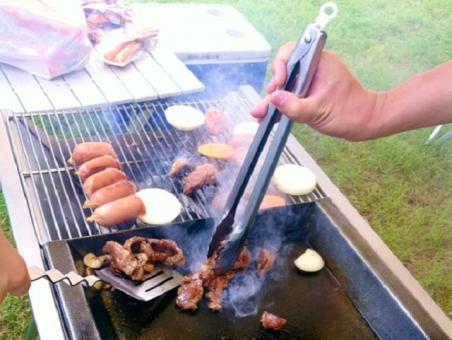 バーベキュー BBQ 鉄板焼き トング 手 男性 女性 日本人 焼肉 ウインナー ソーセージ 網 パーティー 仲間 コンロ イベント タマネギ 玉ねぎ 野菜 フライ返し 煙 スモーク アウトドア キャンプ場 調理 レジャー 野外 屋外 夏 食べ物