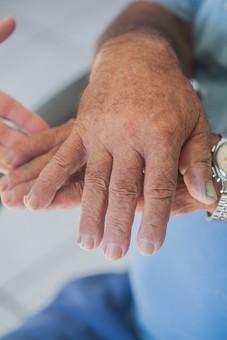 人物 老人 高齢者 お年寄り シルバー 手 指 ハンド パーツ ハンドパーツ クローズアップ しわ シワ 皺 手の表情 年老いた手 リハビリ 訓練 介護 補助 介助 支える 差し伸べる 差し出す 医療 福祉 介護士 介護師 介護ヘルパー 両手 手元 手先 指先