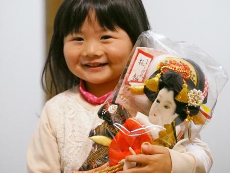 子供 初正月 初節句 正月飾り 幼児 子ども 女児 ひな祭り 日本人 japanese girl kids smile スマイル 笑顔 にっこり 笑顔 行事 イベント 祈願 かわいい 羽子板 女の子