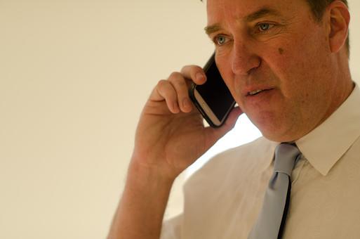 ビジネス 仕事 ワーク 労働 人物 男性 外国人 アメリカ人 ビジネスマン サラリーマン 会社員 電話 話す 電話をかける 着信 会話 携帯電話 モバイル スマホ スマートフォン コミュニケーション ワイシャツ ネクタイ 室内 取引 営業 指示 働く 上司 管理者 管理職 エグゼクティブ mdjms008