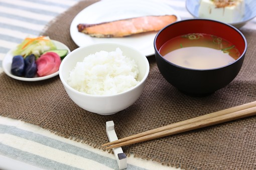 ごはん 白米 魚 焼き魚 鮭 味噌汁 みそ汁 和食 漬け物 お新香 浅漬け  食べ物 野菜  漬物 塩漬け つけもの 漬けもの つけ物  塩漬 香の物 皿 小皿 塩分 塩気 栄養 栄養バランス 健康 和定食 朝食