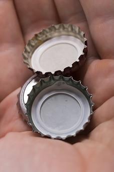 ビン 瓶 bottle ボトル 王冠 ふた 蓋 キャップ 上蓋 開ける 開封 飲み物 ドリンク drink ジュース juice お酒 酒 ビール beer 麦酒 手 掌 持つ 乗せる 集める