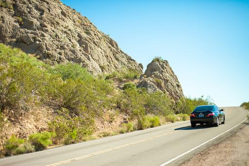 自然 植物 空 青空 晴天 晴れ 天気 グラデーション 青い 加工 山 山並み 山脈 荒地 木 樹木 葉 葉っぱ 緑 地面 土 道路 直線 線 ライン ハイウェイ 自動車 交通 乗る 走る 移動 室外 屋外 景色 風景 アメリカ 外国 乗り物
