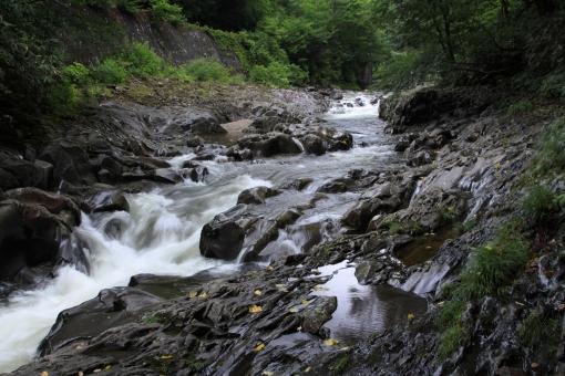 岩肌を抜ける 沸き立つあわ しぶき 滝 磐梯山にて