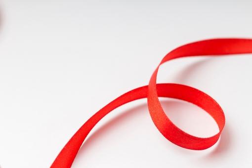 リボン 包装 ラッピング プレゼント包装 紐 結ぶ 飾る 可愛い キュート 華やか プレゼント 贈り物 ギフト ホワイトデー バレンタインデー 誕生日 バースデイ バースデー お祝い クリスマス イベント 記念日 素材   贈呈品 贈答品 贈る レッド 赤 白背景  雑貨 ループ