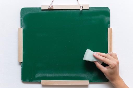 黒板 緑 教育 学校 スクール 学習 学び舎 ボード 板 教室 盤 背景 バックグラウンド バックグランド 手書き 文字 図 図形 絵 言葉 説明 クローズアップ スポンジ 白 消す 消去 屋内 磁石 片手 持つ 摘まむ 掴む 壁掛け 紐 ひも
