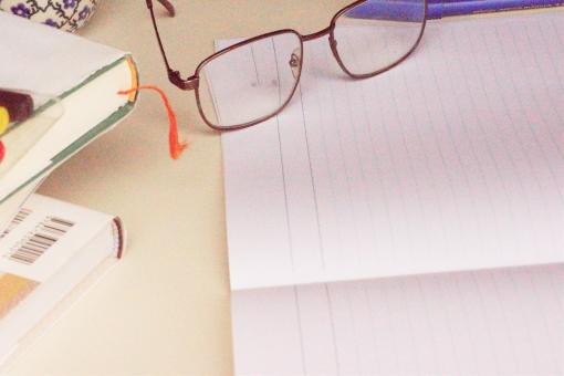 夜更かし 老眼鏡 本 小説 新聞 コーヒー 緑茶 紅茶 女性 男性 片付け 休暇 健康美容 朝食 ランチ カフェ 散歩 体操 友達 夫婦 調べ物 読書の秋 書斎 早起き シニア 余裕 リラックス ペット 会話 朝ドラ 通院 孫 日記