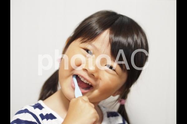 歯磨きをする女の子の写真