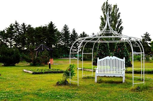 自然 景色 風景 植物 樹木 森林 林 木 樹 空 新緑  リフレッシュ 癒し 緑 雑草 ベンチ 休憩 椅子 庭 ガーデン テラス 花壇 洋風 庭園 白い椅子
