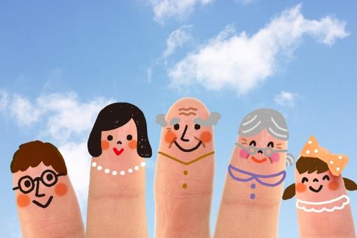 指 かわいい 小さい 指人形 顔 家族 ファミリー お父さん パパ お母さん ママ おじいちゃん おじいさん おばあちゃん おばあさん 女の子 子ども 擬人化 イラスト CG コンピュータグラフィックス 合成 笑顔 スマイル 仲良し 3世代 健康 健やか 元気 青空 雲 余白 スペース