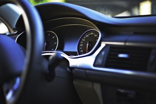 交通 乗物 乗り物 車 自動車  乗用車 外車 左ハンドル 運転 ドライブ 運転席 ダッシュボード ハンドル メーター 機械 部品 パーツ アップ 無人 スピードメーター フロントガラス 車内 装備 設備 計器 内装