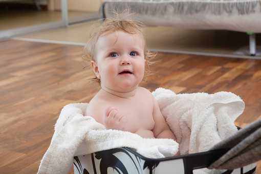 赤ちゃん 外国人 子供 子ども こども 女の子 女児 乳児 ライフスタイル お風呂 バスタイム  入浴 ベビー 裸 はだか はだかんぼ さっぱり スッキリ すっきり 綺麗 きれい 清潔 拭く タオル バスタオル 包まる 包む ベビーベッド ベビー用 お風呂上り 入浴後 リビング 部屋 フローリング mdfk037