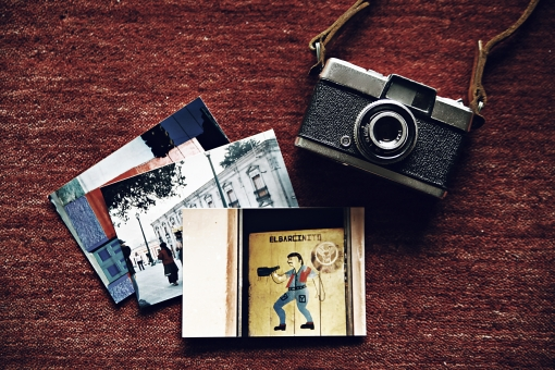 趣味 ホビー カメラ レトロ フィルムカメラ 一眼レフ レフ カメラストラップ ネックストラップ レザーストラップ 黒 ブラック 銀 シルバー レンズ 本格的 おしゃれ 写真 ファインダー 絞り 露出 中古カメラ シャッター マニュアル オート フィルム ペン ハーフカメラ ハーフ 写真 外国 風景 赤バック 赤背景 赤絨毯 旅 思い出 想い出