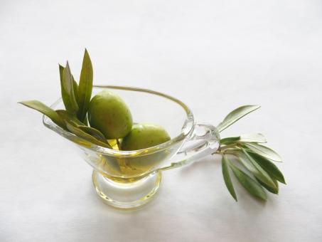 オリーブの実 オリーブ オリーブオイル 実 果実 植物 食べ物 オイル オリーブの葉 葉っぱ 緑 グリーン 種子 食べ物 木の実 ガラスの入れ物 健康 美容