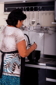人物 女性 外国人 外人 外国人女性 外人女性 中年 熟年 年配者 50代 60代 中年太り 肥満 ぽっちゃり 肥満女性  室内 部屋 家事 キッチン 台所 料理 クッキング エプロン 立ち姿 立つ 鍋 後姿 後ろ姿 シニア mdfs011
