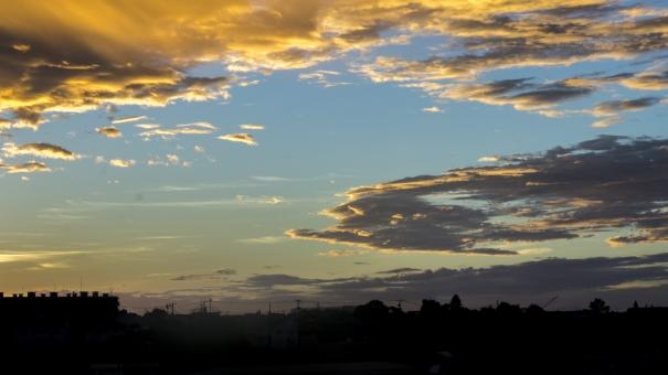 都会 町並み 街中 建物 ビル 住宅街 団地 アパート マンション 雲 大空 青 ブルー 橙色 オレンジ 窓 晴天 夕日 夕焼け 夕暮れ 夕方 春夏秋冬 屋根 屋上 煙突 クレーン 一日の終わり 遠き山に日は落ちて 広角 朝焼け 澄んだ空気 一日の始まり 早朝 日が昇る 光り輝く 美しい キレイ きれい 綺麗 シルエット 陰影 目覚め