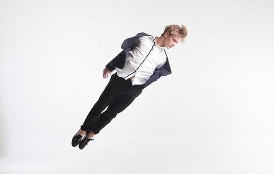 ダンス ダンサー ポーズ 体勢 姿勢 体位 ステップ 踊る 踊り 運動 スポーツ 振り付け 振付 振り 男性 男 外国人 金髪 若い 全身 手足 伸ばす 真っ直ぐ 飛ぶ ジャンプ 跳躍 俯く 背景 白 ホワイト 接写 クローズアップ mdfm074