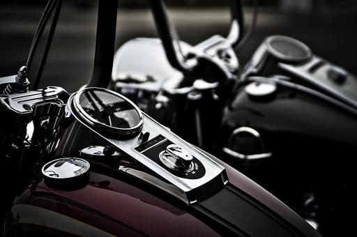 乗り物 バイク オートバイ 自動二輪車 単車 バイク部品 バイクパーツ メーター オイルタンク タンクキャップ 赤 ワインレッド 黒 白 ツートン シルバー ハンドル ハンドルフレーム ライト ヘッドライト 2台 並列 停車 駐車 展示 パーツ 部分 アップ