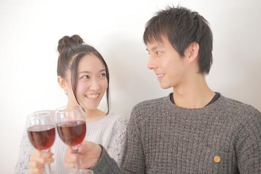 カフェ 飲食店 レストラン 人物 男性 男子 女性 女子 客 若い 食事 着席 デート カップル アベック 夫婦 新婚 飲食 白バック 白背景 ワイン アルコール 酒 グラス コップ 飲み物 乾杯 日本人 mdjm008 mdjf026