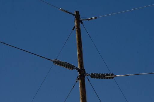 青空 空 お空 大空 晴天 晴れ 快晴 青色 青い 青天井 蒼穹 蒼天  爽やか 爽快 さっぱりした 健康的 電柱 電信柱 電気 電線 送電 送電線 ブルースカイ 伝送線 ケーブル