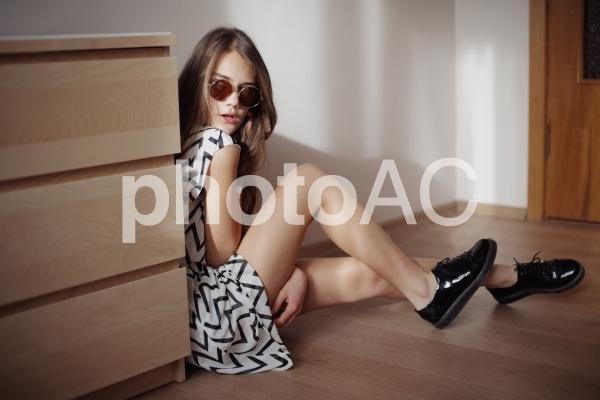 床に座る女性3の写真