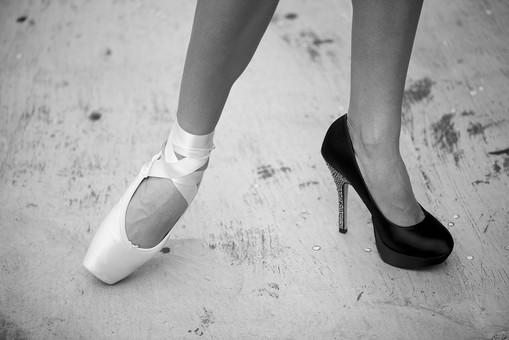 外国人 女性 おんな レディ 大人 ハイヒール 黒靴 トウシューズ 白靴 モデル ポーズ 立つ たたずむ 足元 不揃い すね 足首 かかと つま先 両足 脚線 立位 正面 屋外 野外 バルコニー 床 日中 日光 白黒 モノクロ 生足 素足 素肌