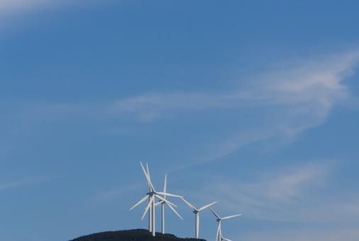 クリーンエネルギー 風力発電 複数 青空 雲 青 電力自由化 エコ 再生可能エネルギー クリーンエネルギー 環境