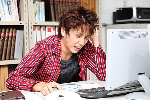 人物 日本人 男性 若者 若い 20代 カジュアル 仕事 職業 デザイナー グラフィックデザイナー オフィス 事務所 屋内 社内 室内 広告会社 パソコン 悩む 困惑 迷う 忙しい 焦る 頭を抱える アイディア アイデア 考える 机 ストレス オーバーリアクション ブラック ブラック企業 mdjm009