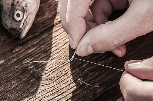 川釣り 河 川 桟橋 木 釣り フィッシング フライフィッシング 魚 釣り人 フィッシャーマン 趣味 ホビー 釣った魚 釣果 獲物 ニジマス 釣り竿 釣り糸 釣り針 釣り鉤 針 仕掛け 手 アップ 接写 投げ釣り キャスティング