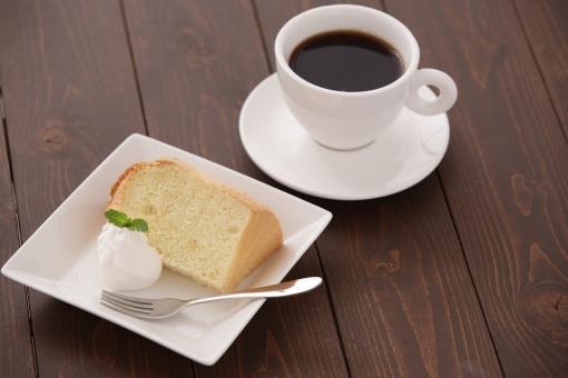 コーヒー シフォンケーキ 食べ物 料理 飲み物 ケーキ カップ スイーツ ミント 葉 ミントの葉 洋菓子 皿 一つ 生クリーム ホイップ フォーク 焼き菓子 テーブル 茶色 ダークブラウン 手作り ハンドメイド コーヒータイム 休憩 おやつ プレーン ティータイム デザート ハーブ 植物 お菓子 カット カットケーキ