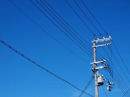 電柱 空 青空 電線 碍子 電力 電気 送電 エネルギー 自由化 グリッド 高圧 三相 トランス 電話線 系統
