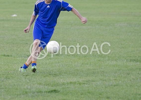 サッカーをしている風景の写真