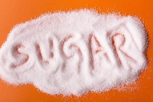 食料 食料品 食品 食材 食物 食べ物 砂糖 シュガー 結晶 糖 甘み 精製糖 食品添加物 調味料 甘味料 炭水化物 白砂糖 白糖  粉砂糖 粉糖 シュガーパウダー 白色 白い オレンジ色 橙色 だいだい色 SUGAR 文字 アルファベット 室内 屋内