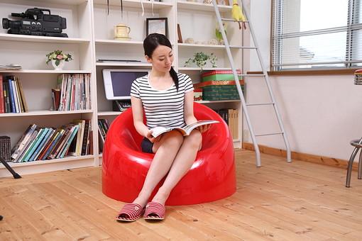 女性 若い女性 女 人物 部屋 一人暮らし リラックス 日本人 ライフスタイル 20代 休日 イス 椅子 雑誌  座る くつろぐ 寛ぐ のんびり リビング 休み オフ ソファ 全身 生活 暮らし mdjf001
