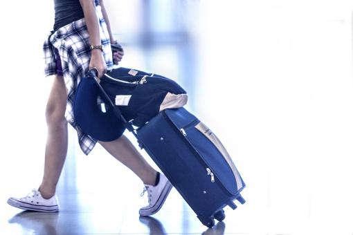 ターミナル 人物 女性 旅行者 旅行鞄 スニーカー キャリーバック スーツケース るんるん 一人旅 遠くに行きたい 至福の時 自由気ままに オフタイム ポストカード 背景 背景素材 待ち受け画像 コピースペース トラベラー 知らない街に 未知の場所に 期待 ワクワク 旅行イメージ 気軽にどうぞ 秋の旅 デザイン素材 グラフィック素材 夏の旅 乗物 駅 空港 海外旅行 故郷に帰ろう 休暇 休日 バケーション 日曜日 思い出旅行 思い出作り