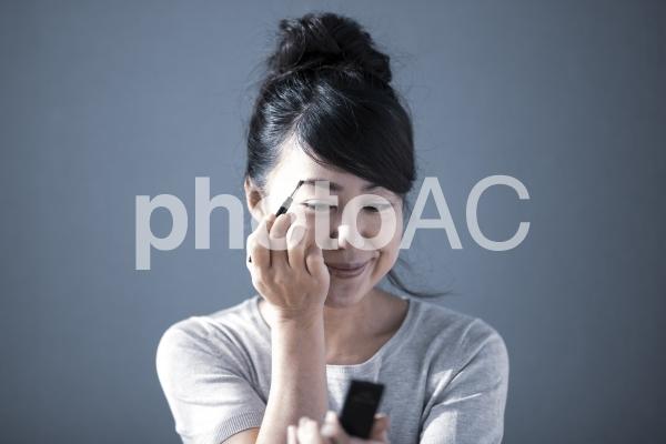 美容 メイク 女性の写真