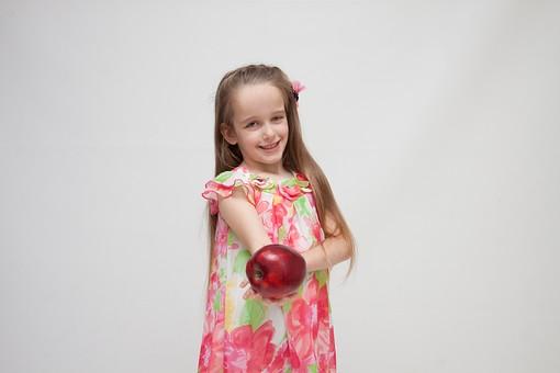 人物 こども 子供 女の子 少女  外国人 外人 キッズモデル あどけない かわいい   屋内 スタジオ撮影 白バック 白背景 長髪  ロングヘア ポートレイト ポートレート 表情 ポーズ ワンピース 果物 フルーツ リンゴ りんご 林檎 アップル 持つ 差し出す 正面 上半身 mdfk016