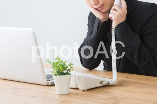 電話で困る女性の写真