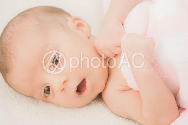 毛布に包まった赤ちゃん8の写真